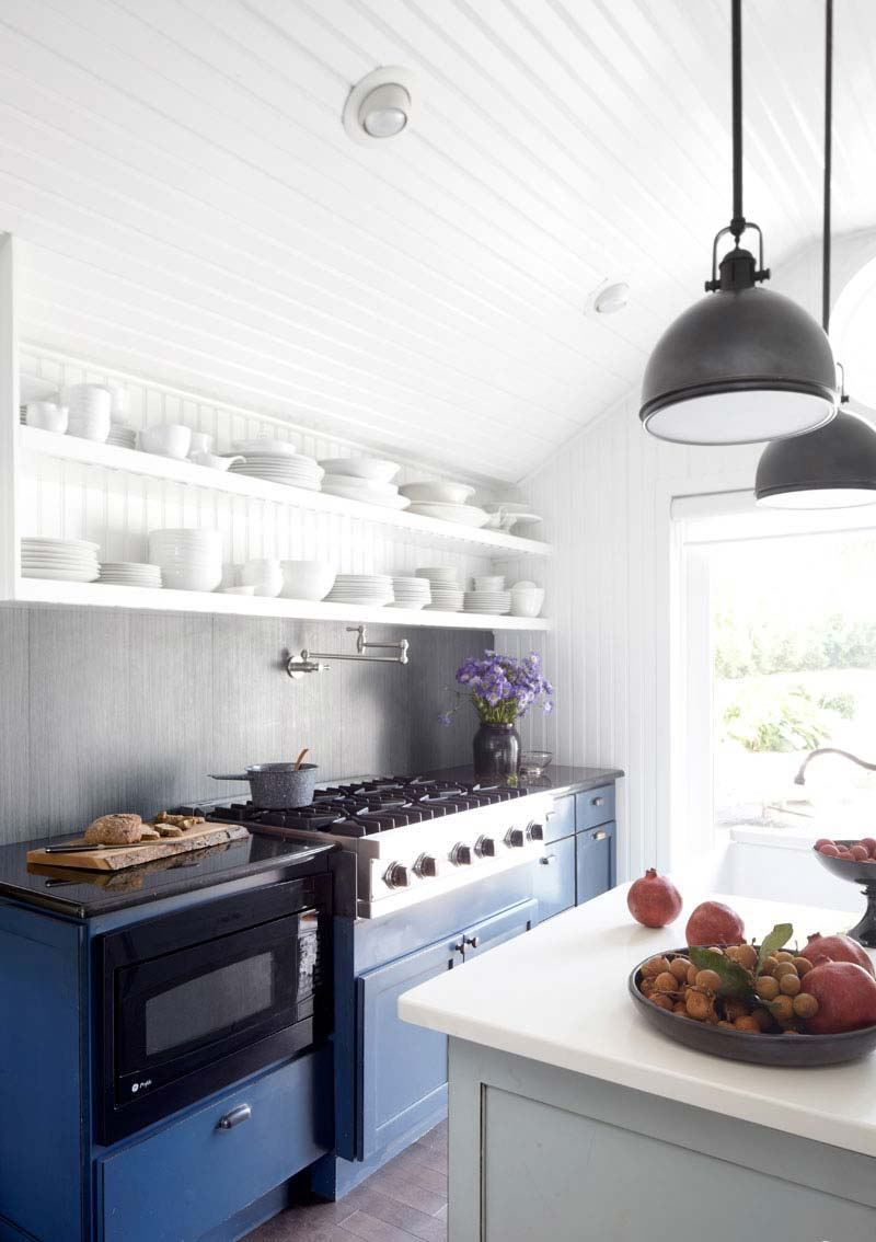 04-hbx-blue-farmhouse-kitchen-0413-de